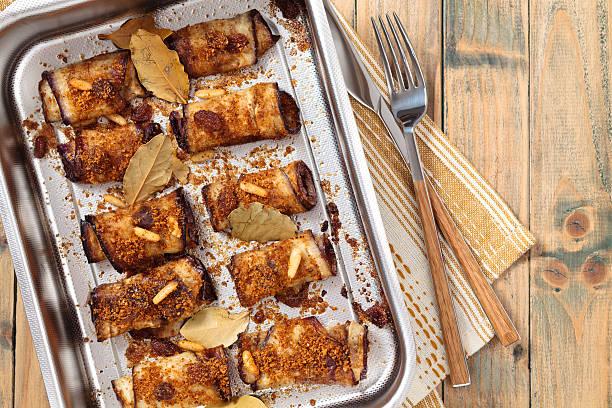 aubergine-rolls. - ofengemüse mit feta stock-fotos und bilder