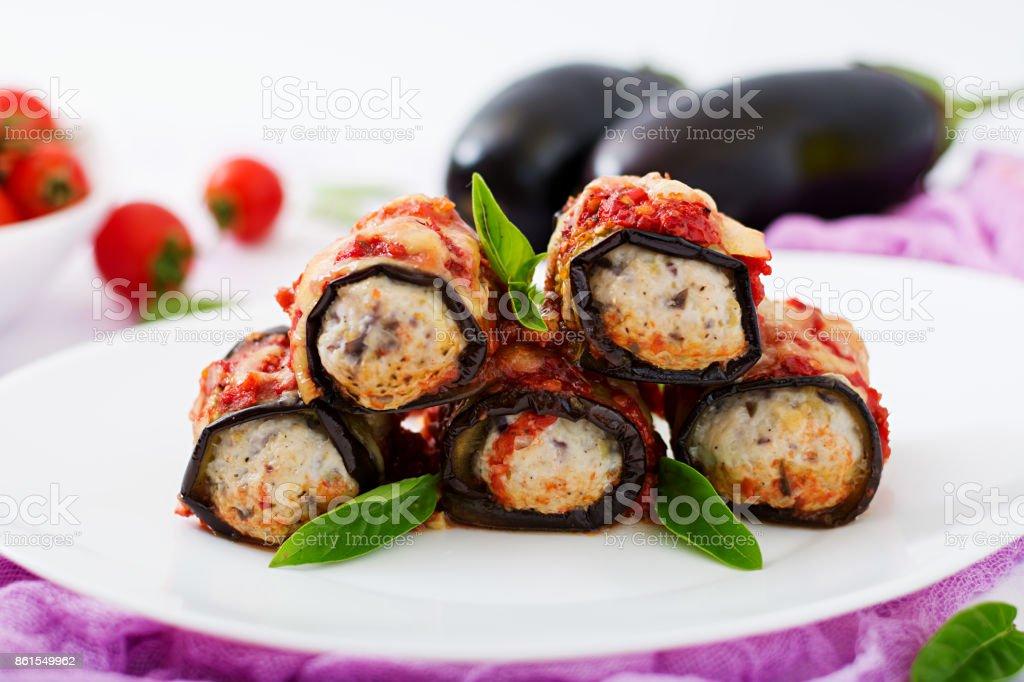 Rolinhos de berinjela (berinjela) com carne em molho de tomate - foto de acervo