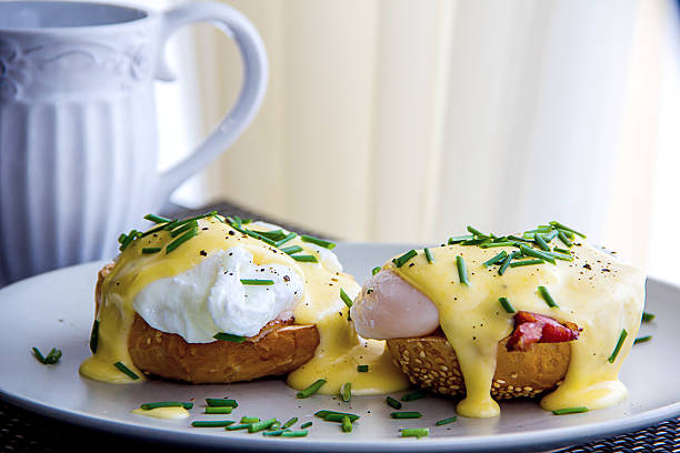 eggs benedict und köstliche cremigen sauce hollandaise - sauce hollandaise stock-fotos und bilder