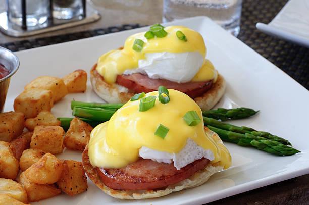 eggs benedict mit spargel und kartoffeln - sauce hollandaise stock-fotos und bilder
