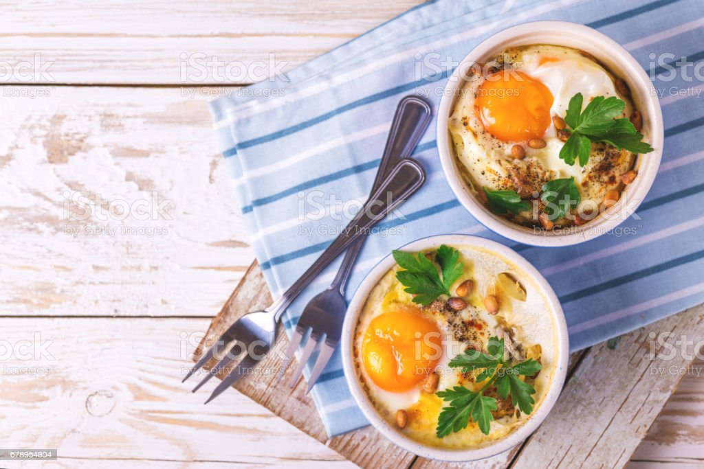 Eggs en Cocotte baked with spinach, parsley and cream – Foto