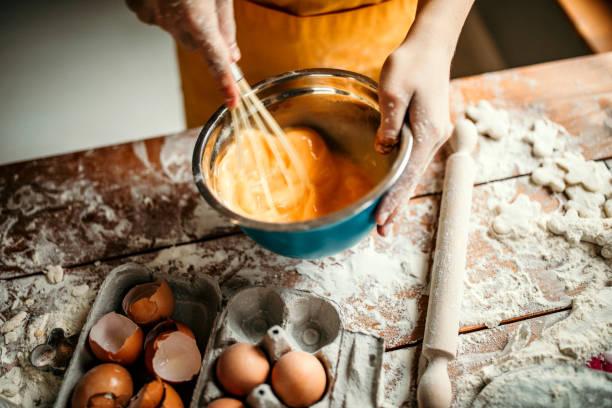 eieren voor woestijn - ballonklopper stockfoto's en -beelden