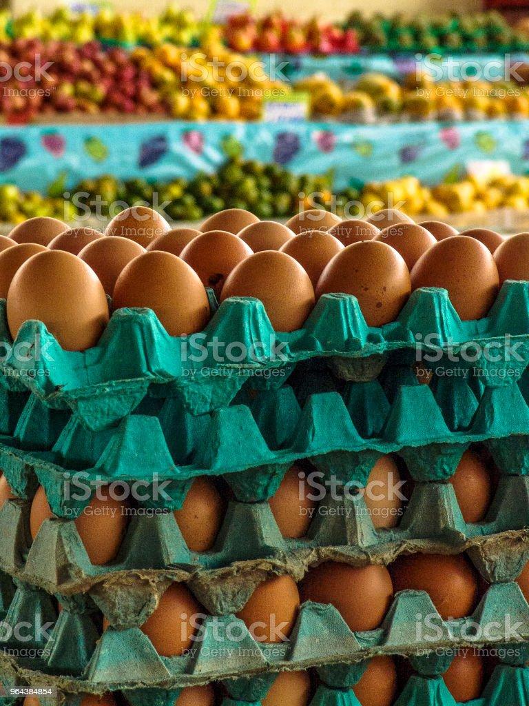 Eieren voor verkoop op de markt - Royalty-free Bedrijfsleven Stockfoto