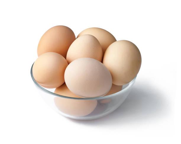 Eieren in een kom geïsoleerd op witte achtergrond foto