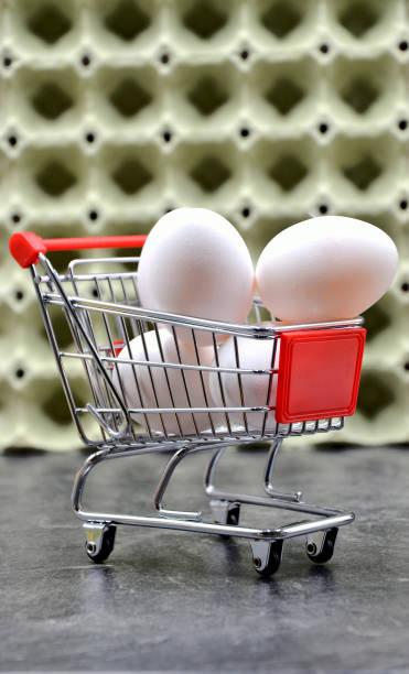 Eier in den Einkaufswagen – Foto
