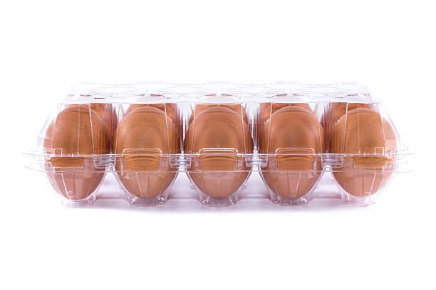 eggs in transparency plastic package on white background - chicken bird in box stockfoto's en -beelden