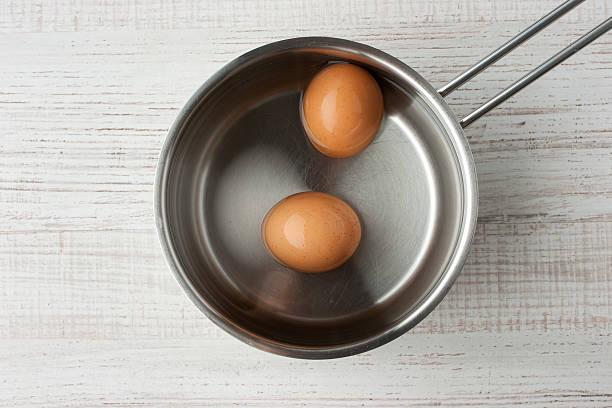 Eier in Wasser in ein Metall-pan-Bluse mit Ausblick – Foto