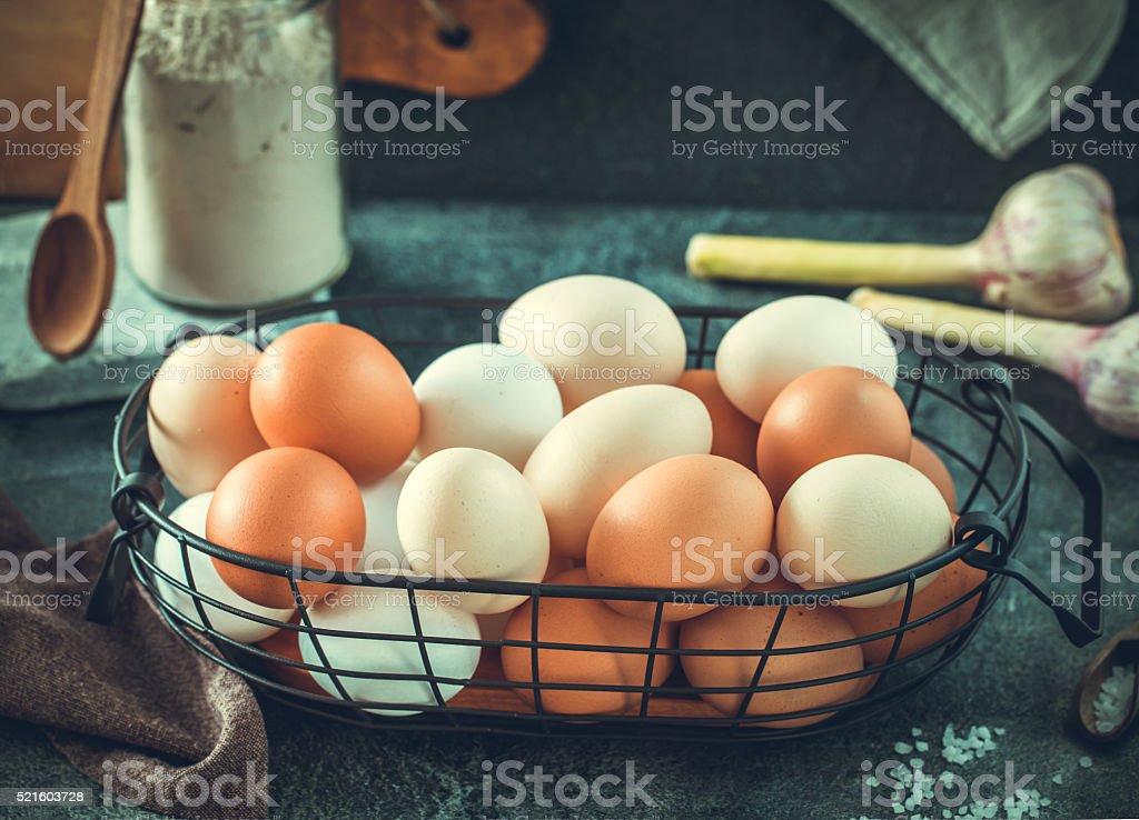 Яйца в корзину горизонтальных проводников стоковое фото