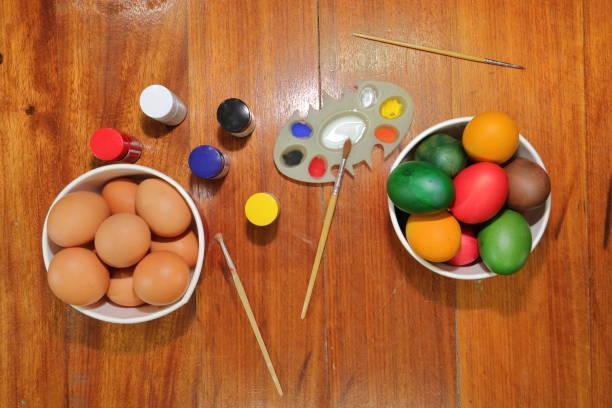eiern farbe für ostersonntag vorbereiten. - schöne osterbilder stock-fotos und bilder