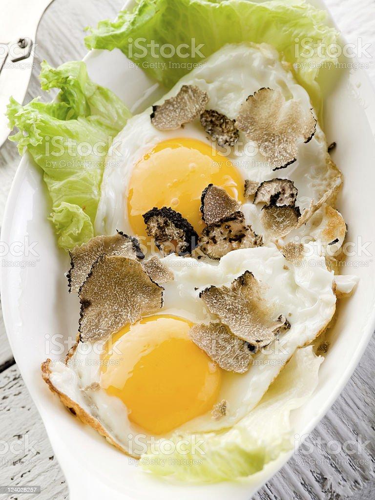 Eier mit Trüffel mit grünem Salat – Foto