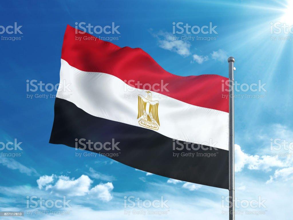 Bandera de Egipto ondeando en el cielo azul - foto de stock
