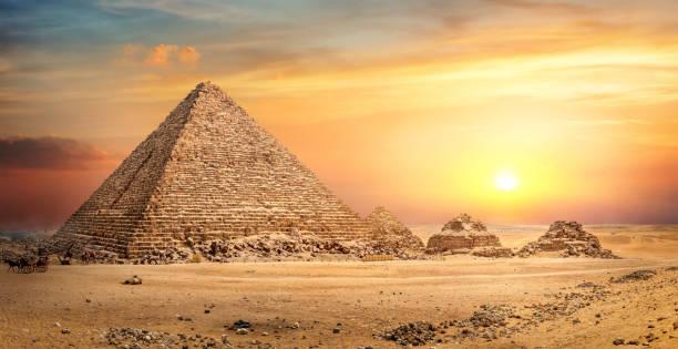 Ägyptische Pyramide in Sand – Foto
