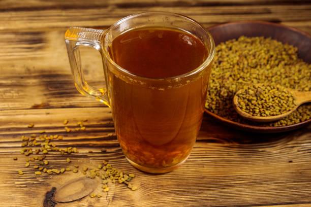 thé jaune égyptien ou methi dana boisson et graines de fenugrec sur table en bois - fenugrec photos et images de collection