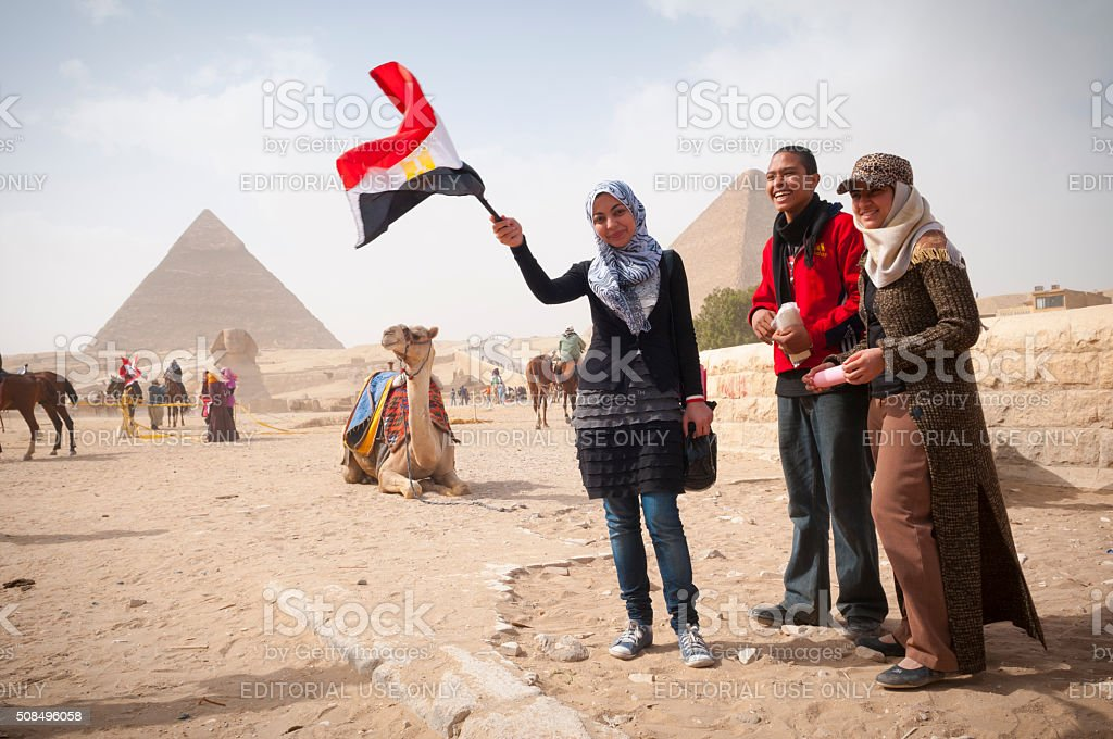 Egipcios y en camello en las pirámides de Giza - foto de stock