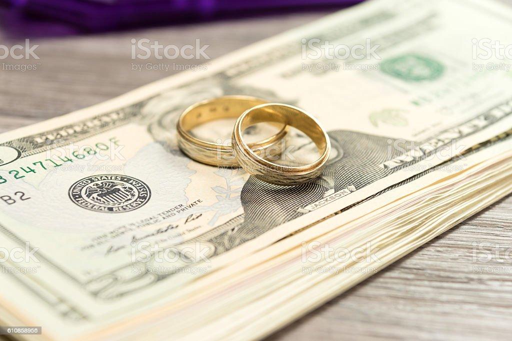 Eheringe und Bargeld stock photo
