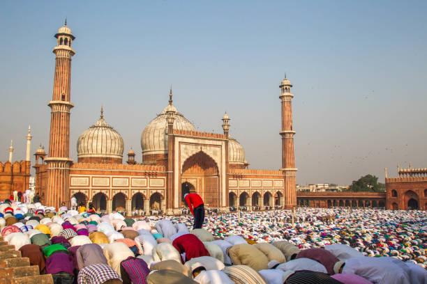 oración de eid en el jama masjid, vieja delhi, india. - eid mubarak fotografías e imágenes de stock