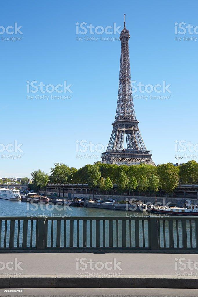 Tour Eiffel et pont vide avec terrasse à Paris - Photo