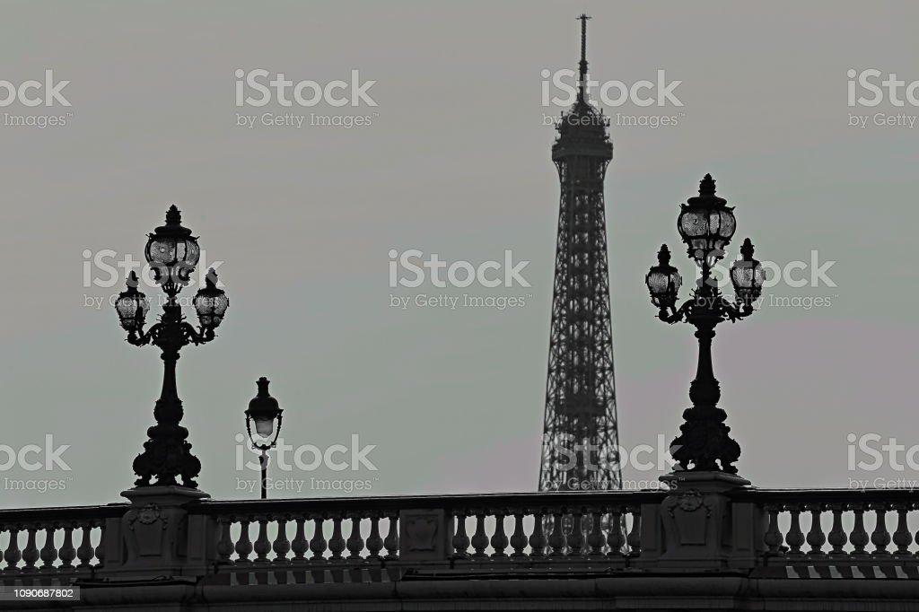 Torre Eiffel e arquitectura francesa de Pont Alexandre III ao amanhecer – Paris, França - foto de acervo