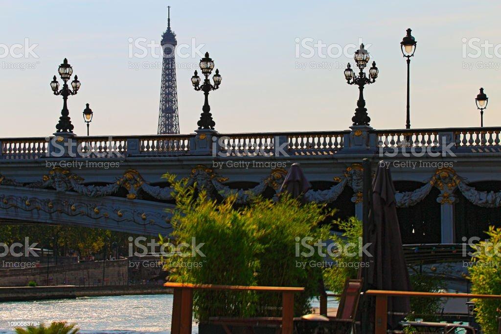 Torre Eiffel e arquitectura francesa de Pont Alexandre III ao pôr do sol – Paris, França - foto de acervo