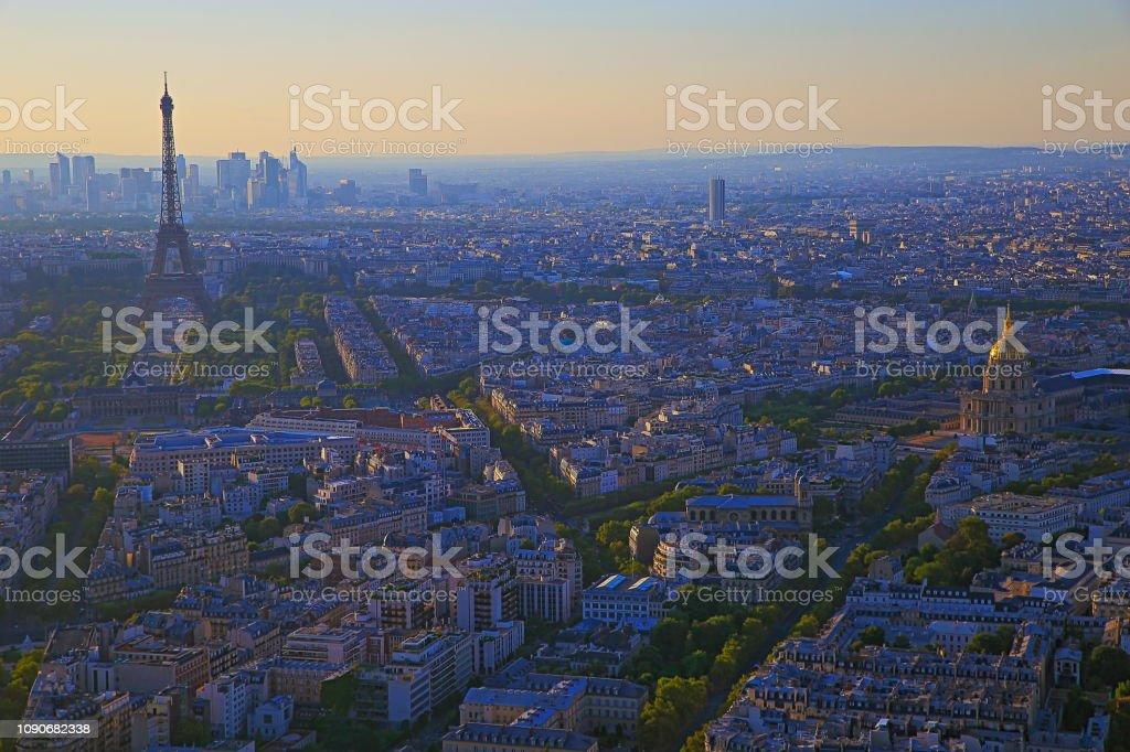 Torre Eiffel e Les Invalides cúpula dourada de cima ao pôr do sol – Paris, França - foto de acervo