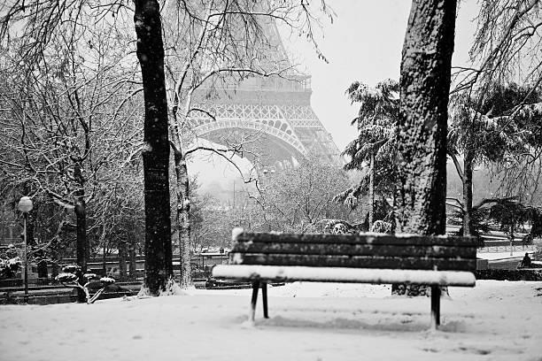 Tour Eiffel sous la neige et Banc public - Photo