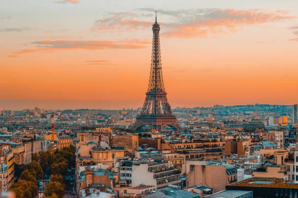 la tour eiffel et vue panoramique sur les toits de paris au cours de la dynamique européenne sunset - tour eiffel photos et images de collection