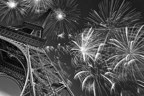Tour Eiffel de nuit avec les feux d'artifice, fête français et parti, image en noir et blanc, Paris France - Photo