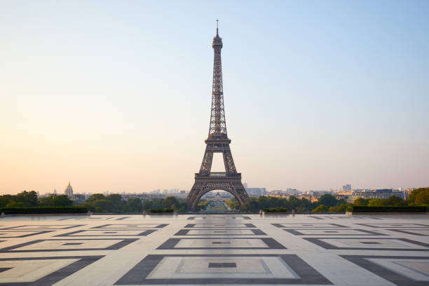 tour eiffel, trocadéro vide, personne dans un clair matin à paris, france - tour eiffel photos et images de collection