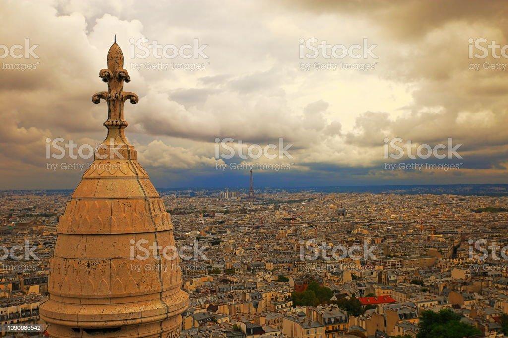 Torre Eiffel acima de Montmartre no céu dramático – Paris, França - foto de acervo