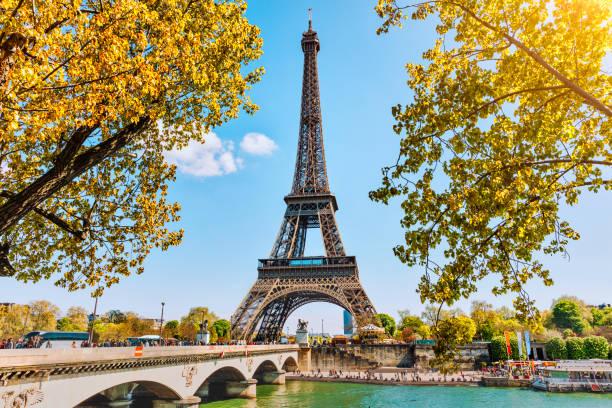 wieża eiffla w: paryż - francja zdjęcia i obrazy z banku zdjęć