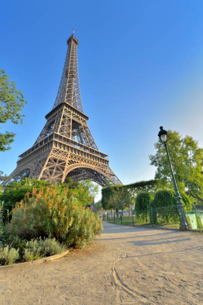 Torre Eiffel en la vista de París desde un pequeño camino en el jardín de los Campos de Marte - foto de stock