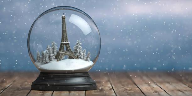 Eiffelturm in der Schneekugel Glaskugel. Reisen oder Reisen nach Paris und Frankreich im Winter für Weihnachten zu feiern. – Foto
