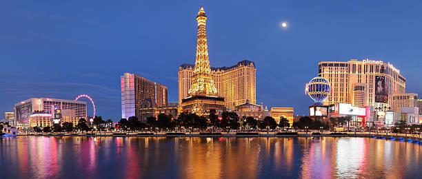 eiffel tower replica + hotels - las vegas strip - las vegas stock-fotos und bilder