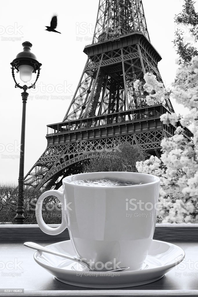 Tour Eiffel avec une tasse de café à Paris, en France - Photo