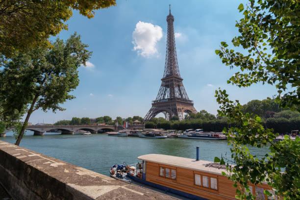 Eiffelturm mit Hausboot vor – Foto
