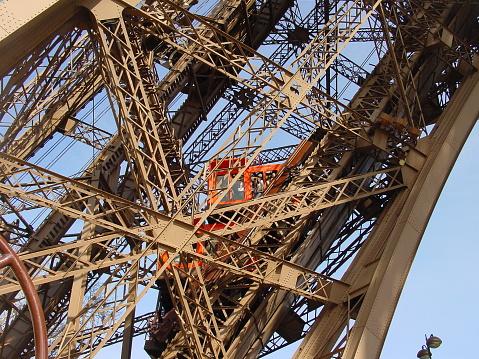 istock Eiffelturm Lift 1088249544