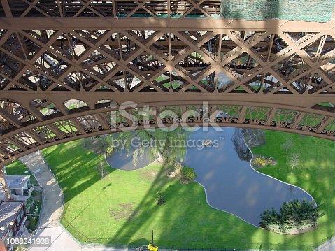 istock Eiffelturm See 1088241938