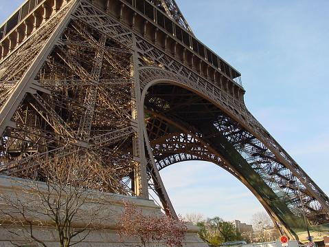 istock Eiffelturm unterer Bogen 1088234404