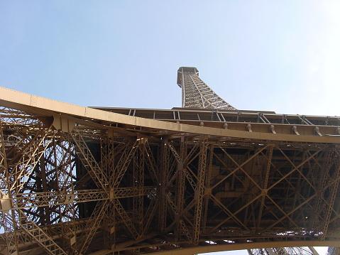 istock Eiffelturm von unten 1088244034