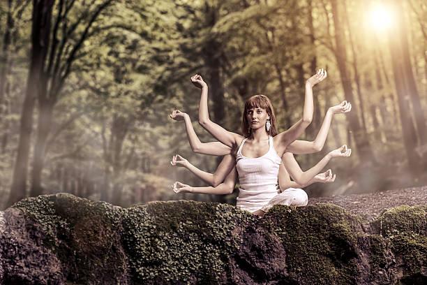 8 つのアームに座る女性の森林と入学 - 四肢 ストックフォトと画像