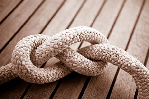 acht knoten auf der sail boat deck - nautische seil stock-fotos und bilder