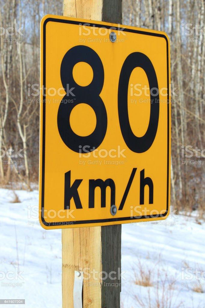 Quatre-vingts kilomètres / heure recommandé signe - Photo