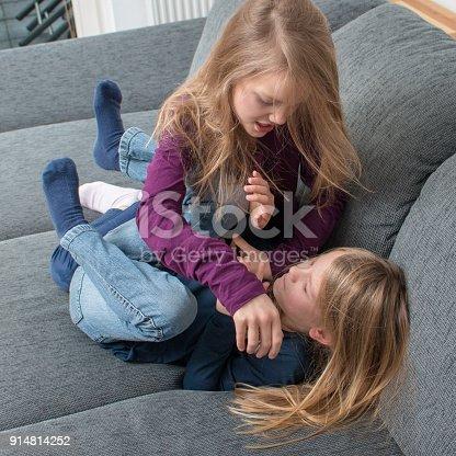 istock Ein 7- und ein 9-jähriges Mädchen schreien sich an und schagen sich 914814252