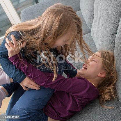 istock Ein 7- und ein 9-jähriges Mädchen schreien sich an und schlagen sich 914814202