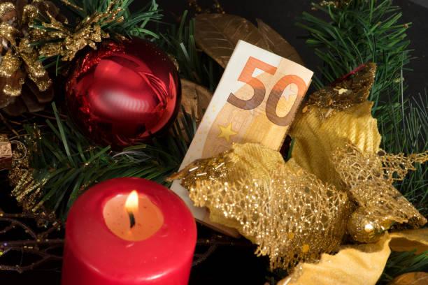 ein adventskranz, weihnachten und ein euro geldschein - weihnachten stok fotoğraflar ve resimler