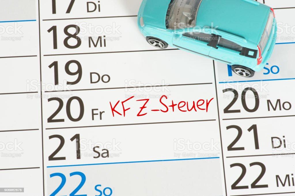 Ein Auto und eine Frist für die Zahlung der KFZ Steuer vermerkt in einem Kalender stock photo