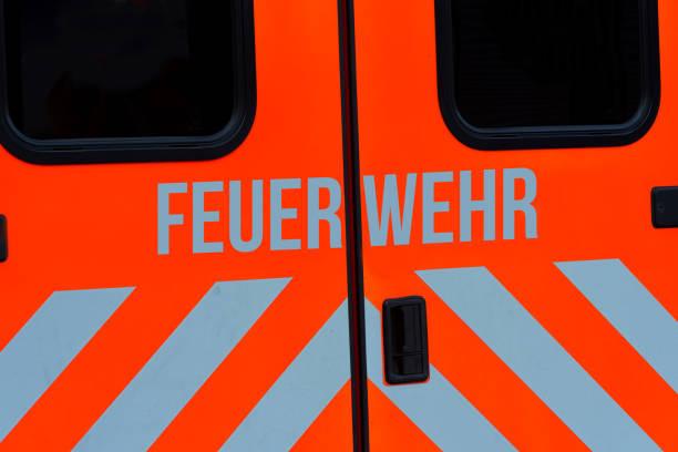 ein blick auf einen feuerwehrwagen - feuerwehrmann deutsch stock-fotos und bilder