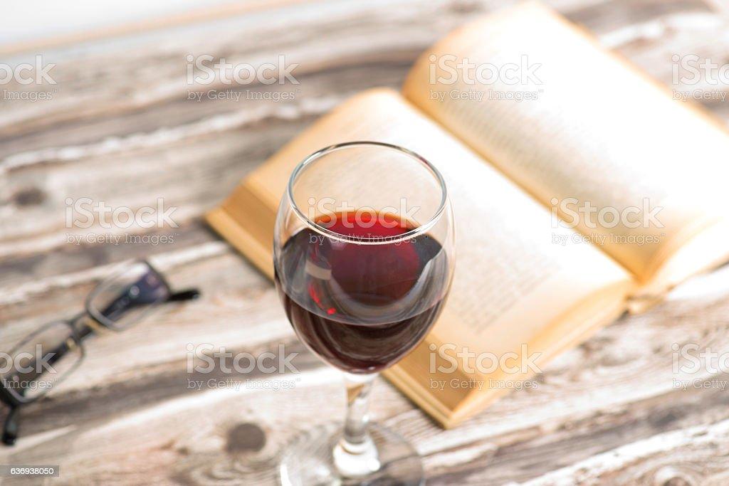 Ein Buch und Glas Rotwein – Foto