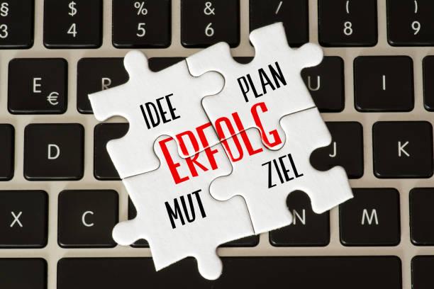 Ein Computer und Puzzle Teile mit den Worten Erfolg, Idee, Plan, Mut und Ziel Ein Computer und Puzzle Teile mit den Worten Erfolg, Idee, Plan, Mut und Ziel ziel stock pictures, royalty-free photos & images