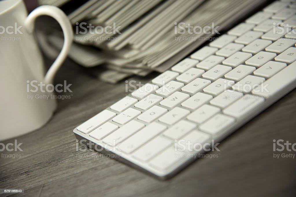 Ein Computer und Zeitungen stock photo